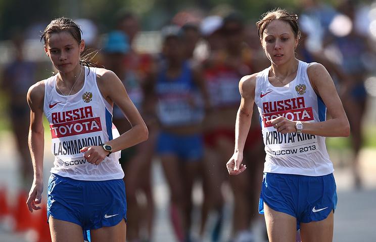 Елена Лашманова и Анися Кирдяпкина во время соревнований по спортивной ходьбе