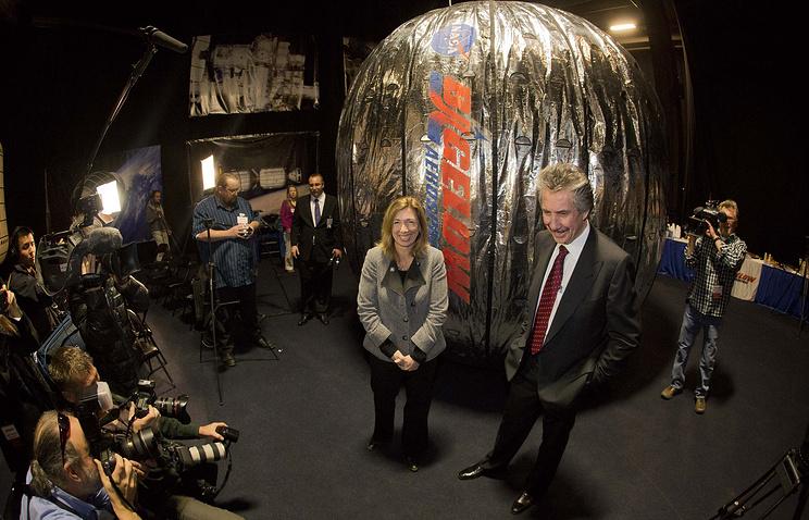 Представитель НАСА и президент компании Bigelow Aerospace (справа) во время презентации модуля BEAM, 2013 год