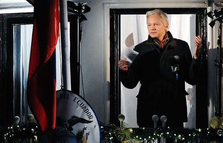 Основатель Wikileaks Джулиан Ассанж на балконе посольства Эквадора в Лондоне