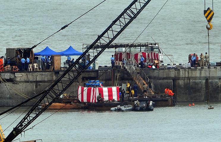"""Поисково-спасательные работы на месте взрыва на подводной лодке """"Синдуракшак"""" в порту Мумбаи в августе 2013 года"""