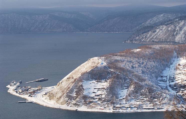 Вид на озеро Байкал и поселок порт Байкал
