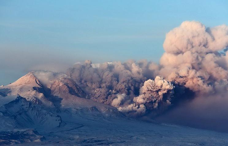 Пепловый выброс на вулкане Шивелуч