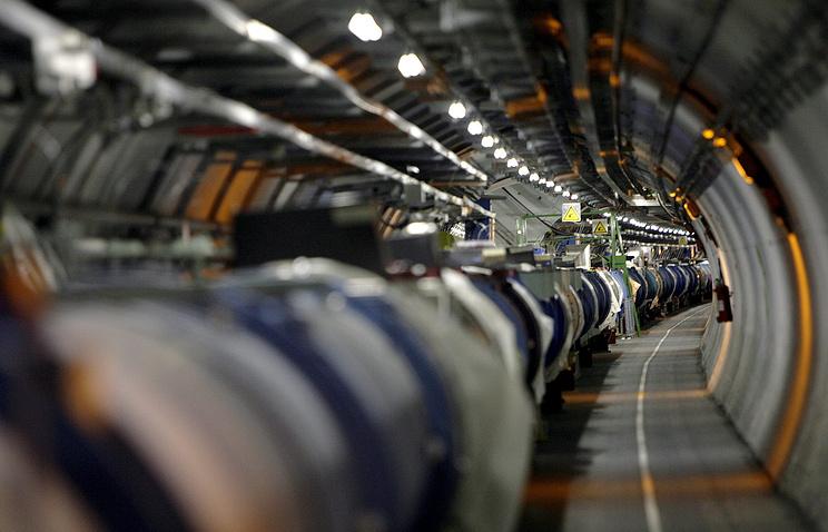 Большой адронный коллайдер в тоннеле Европейского центра ядерных исследований