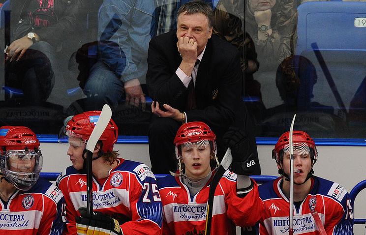 Игроки молодежной сборной России по хоккею и главный тренер Валерий Брагин (на втором плане)