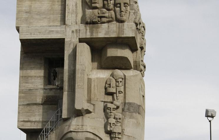 """Фрагмент мемориала жертвам политических репрессий """"Маска скорби"""" в Магадане"""