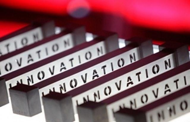 """Призы конкурса. Каждый лауреат получает в качестве приза """"гантельку"""" с надписью """"Инновация"""", диплом и денежный приз"""