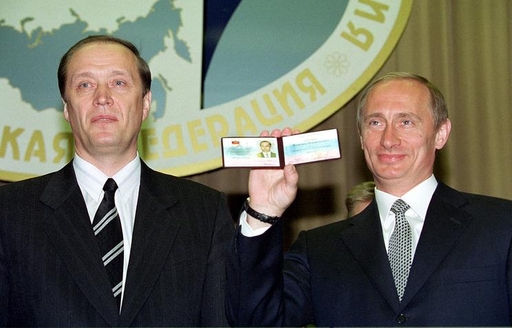 Глава ЦИК Александр Вешняков вручил Владимиру Путину удостоверение об избрании его президентом России, 6 мая 2000 года