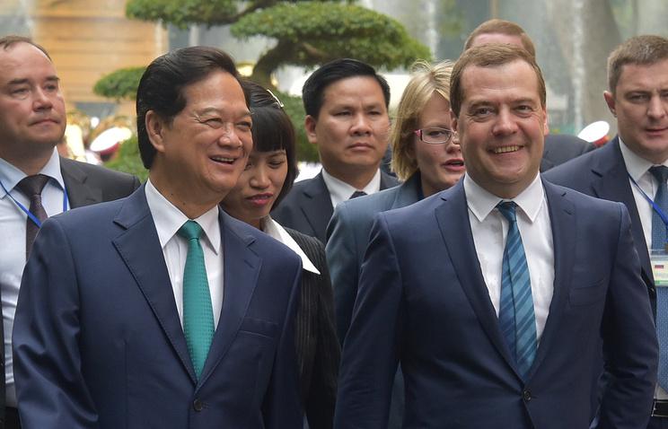 Премьер-министр Вьетнама Нгуен Тан Зунг и премьер-министр РФ Дмитрий Медведев (слева направо на первом плане) во время официальной церемонии встречи в президентском дворце