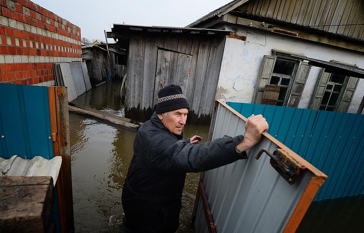 Житель города Спасск-Дальний в Спасском районе во дворе дома