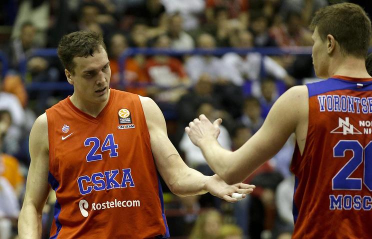 Баскетболисты ЦСКА Александр Каун и Андрей Воронцевич