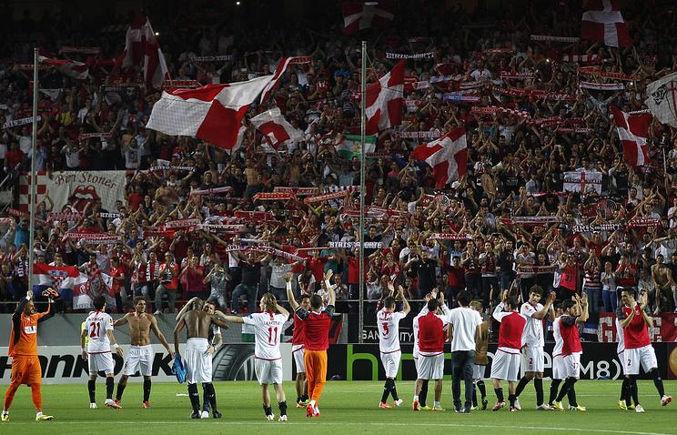 """Футболисты """"Севильи"""" приветствуют болельщиков команды на стадионе """"Рамон Санчес Писхуан"""""""