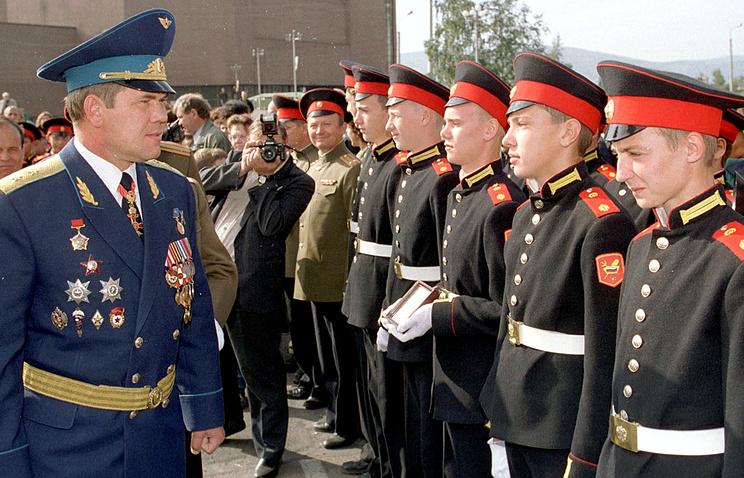 Губернатор Красноярского края Александр Лебедь во время смотра кадетов. 1999 год