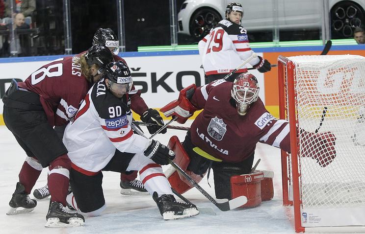 Эпизод из матча между сборными Канады и Латвии