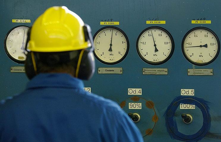 Сотрудник PGNiG снимает показания на газораспределительной станции в Рембельшчизне, Польша. Архивное фото
