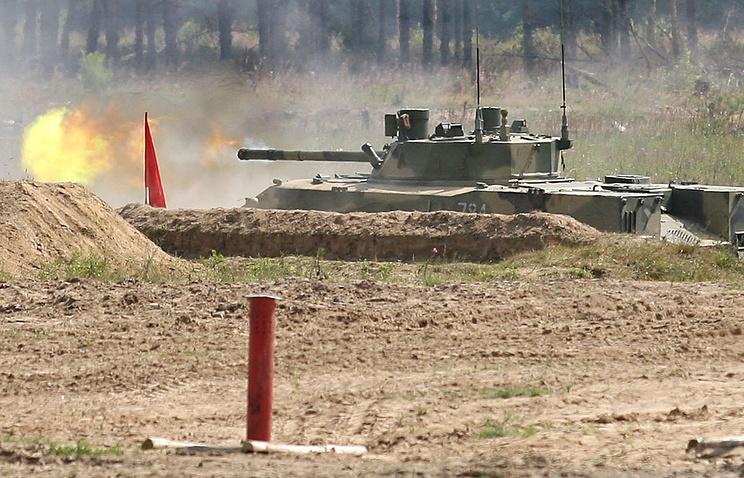 """БМД-4 """"Бахча-У"""" с противотанковой пушкой """"Спрут-СД"""" во время командно-штабных учений"""