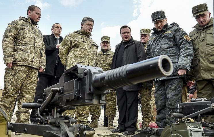 Президент Украины Петр Порошенко (третий слева) и секретарь СНБО Украины Александр Турчинов (второй справа)