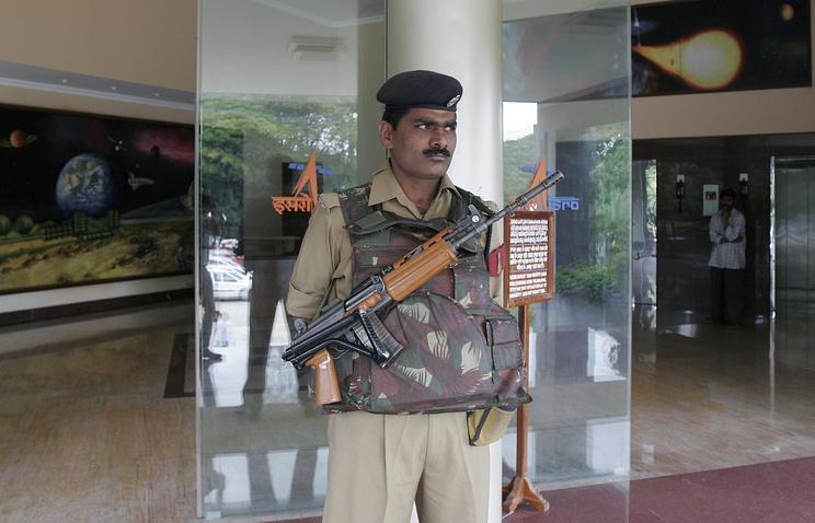 Сотрудник вооруженных сил возле здания космического агентства Индии
