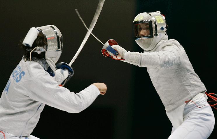 Спортсмены сборной США Роджерс Джейсон (Rogers Jason) и сборной России Сергей Шариков (слева направо) в момент поединка. 2004 год