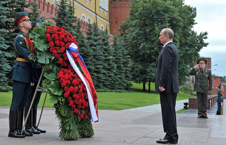 Президент РФ Владимир Путин во время церемонии возложения венка к Вечному огню у Могилы Неизвестного солдата