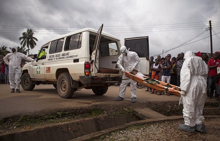 Медицинские сотрудники госпитализируют пострадавшего с вирусом Эбола, Сьерра-Леоне