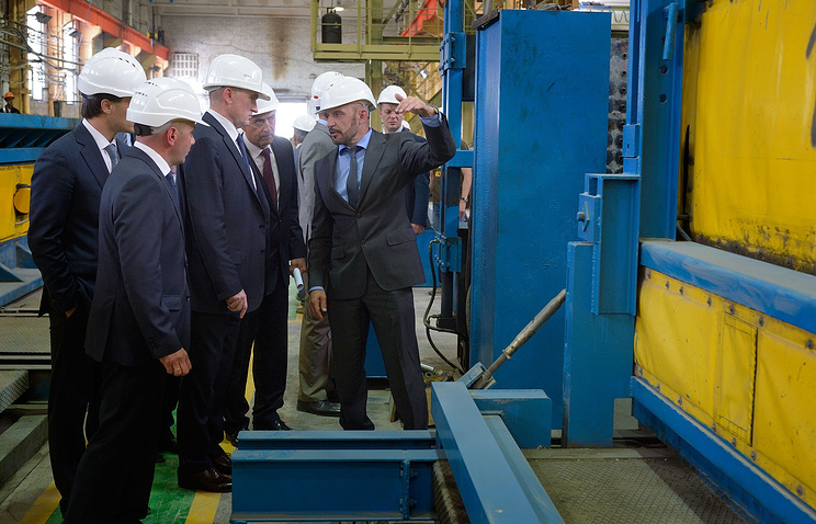 Губернатор Челябинской области Борис Дубровский (третий слева) на Челябинском заводе железобетонных изделий №1