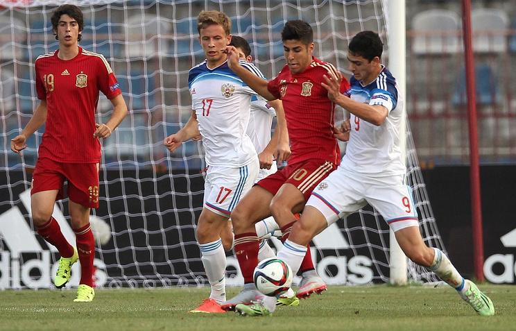 Эпизод из матча между юношескими сборными России и Испании по футболу