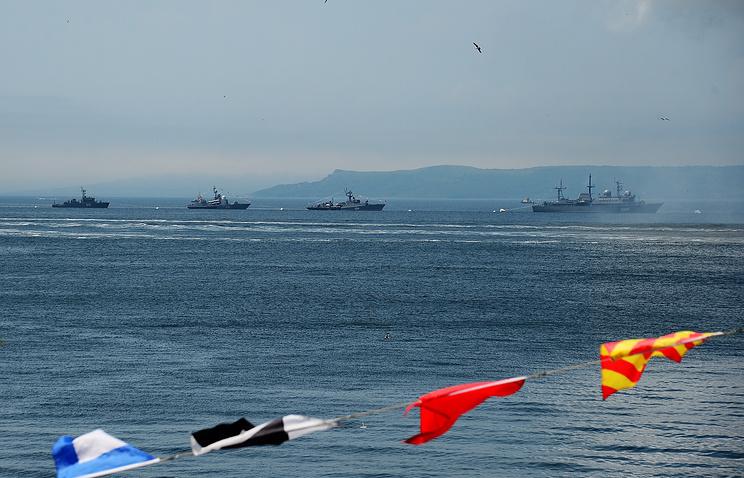 Парад кораблей на праздновании Дня Военно-морского флота России в акватории Амурского залива