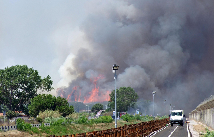 Тушение пожара возле аэропорта Фьюмичино