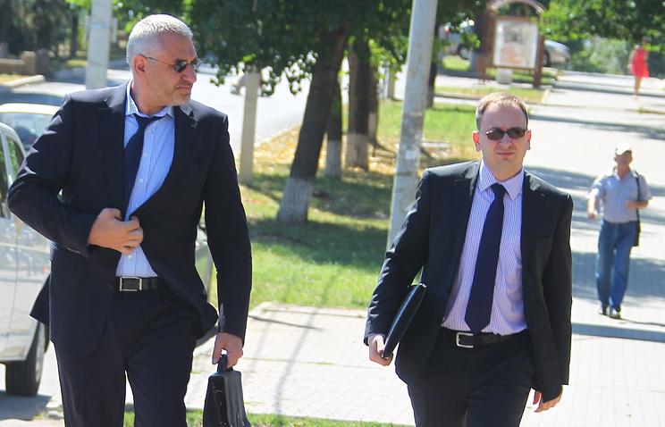 Адвокаты Марк Фейгин и Николай Полозов (слева направо) перед предварительным слушанием по делу бывшей украинской летчицы Надежды Савченко
