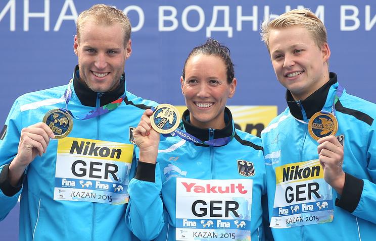 Спортсмены из Германии Роб Муффельс, Изабель Франциска Харле и Кристиан Райхарт, занявшие первое место в командных соревнованиях по плаванию в открытой воде