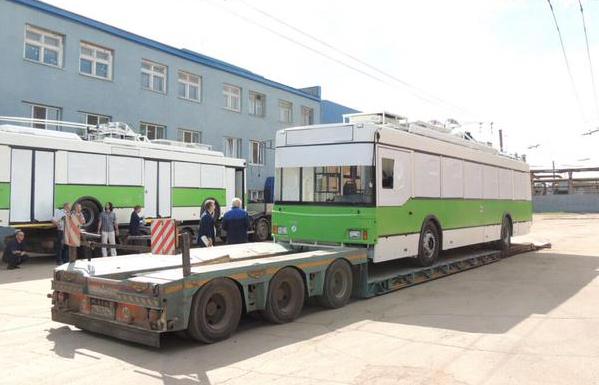 """Погрузка троллейбусов """"Тролза"""" в порту Санкт-Петербурга, предназначенных для транспортировки в аргентинский город Кордова"""