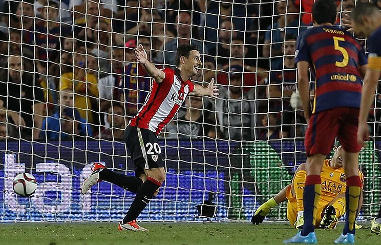 "Форвард ""Атлетика"" Ариц Адурис (в центре) после гола в ворота ""Барселоны"""