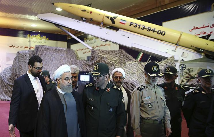 Президент Ирана Хасан Рухани во время презентации новой ракеты Fateh 313