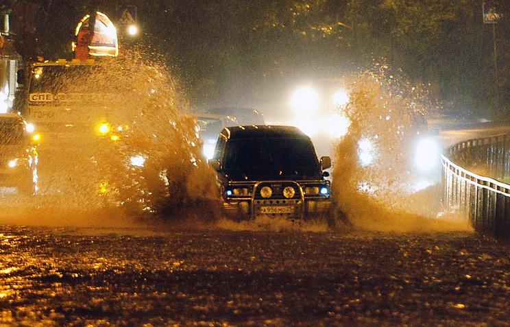 """Автомобили на одной из улиц Владивостока во время внетропического циклона """"Гони"""" в Приморском крае"""