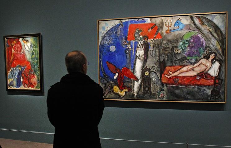 Мужчина рассматривает картины Марка Шагала