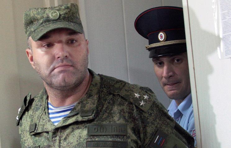 Начальник 242-го учебного центра ВДВ полковник Олег Пономарев (слева) во время рассмотрения ходатайства о его аресте в Омском гарнизонном военном суде (июль 2015 г.)