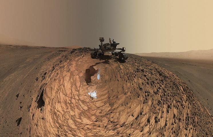 "Марсоход ""Кьюриосити"" на поверхности планеты"