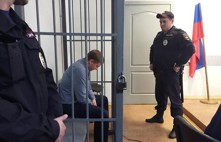 Анатолий Куриленко (слева), один из задержанных по уголовному делу о превышении должностных полномочий в зале Ленинского районного суда Екатеринбурга