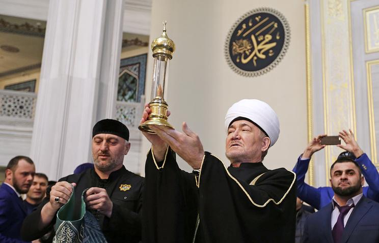 Равиль Гайнутдин со стеклянной капсулой с волосом пророка Мухаммеда, подаренным главой Чечни Рамзаном Кадыровым, в главной мечети России