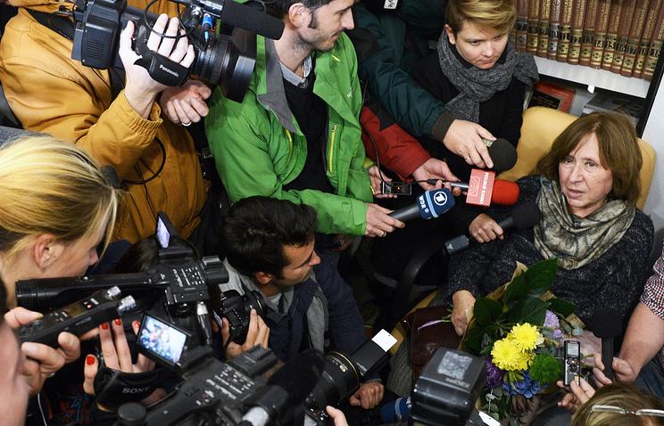 Светлана Алексиевич (справа) во время пресс-конференции