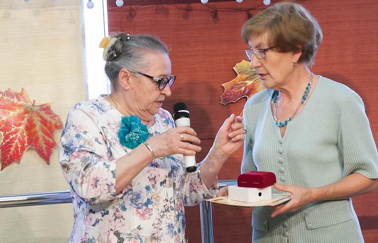 Председатель Совета ветеранов Общества Валентина Ралдугина (слева) поздравляет бывших работников предприятия с Днем пожилого человека