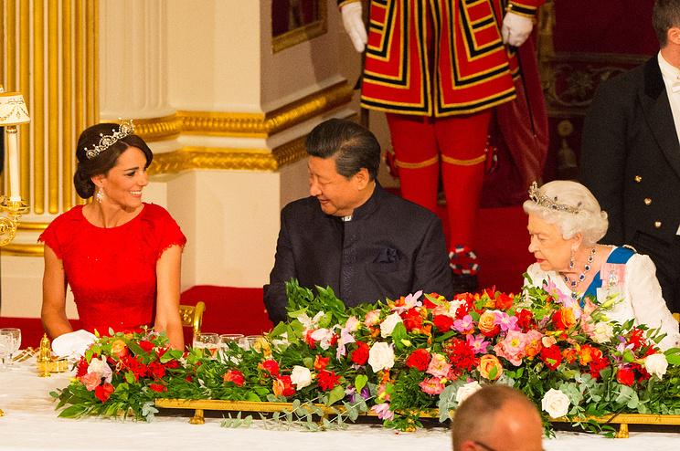Герцогиня Кембриджская Кэтрин (Кейт), председатель КНР Си Цзиньпин и королева Великобритании Елизавета II (слева направо)