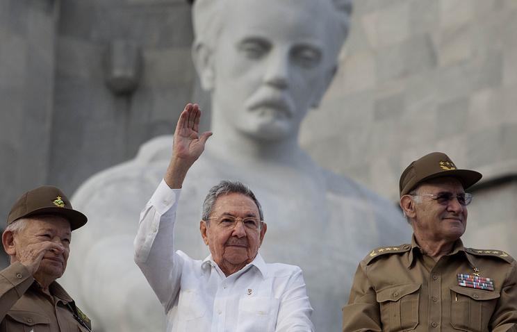 Гильермо Гарсия Фриас, Рауль Кастро и министр внутренних дел Абелардо Коломе.
