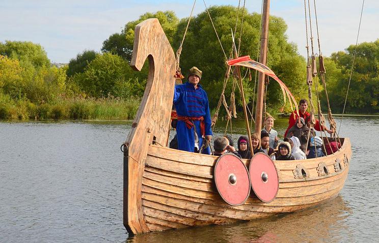 Посетители фестиваля «Русское поле» пересекут Верхний Царицынский водоем наботике Петра I