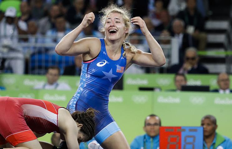 Хелен Марулис после победы над Саори Есиду в финале турнира по вольной борьбе на Олимпиаде в Рио-де-Жанейро