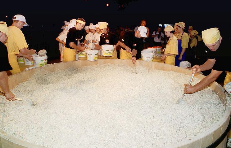 ВЕкатеринбурге установили рекорд, приготовив больше 3 тонн салата «Оливье»