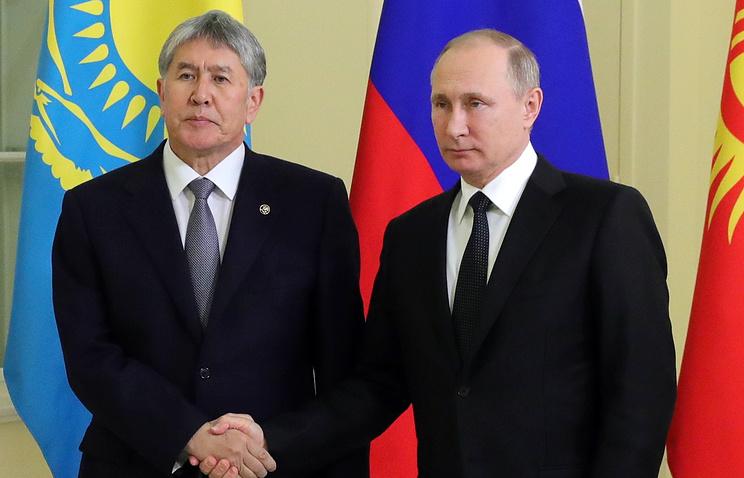 Президент Киргизии Алмазбек Атамбаев и президент РФ Владимир Путин (слева направо)