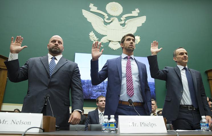 Адам Нельсон, Майкл Фелпс и Трэвис Тайгарт на слушаниях в Конгрессе США