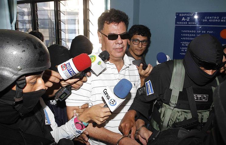 Бывший президент Федерации футбола Сальвадора Рейнальдо Васкес во время ареста в декабре 2015 года