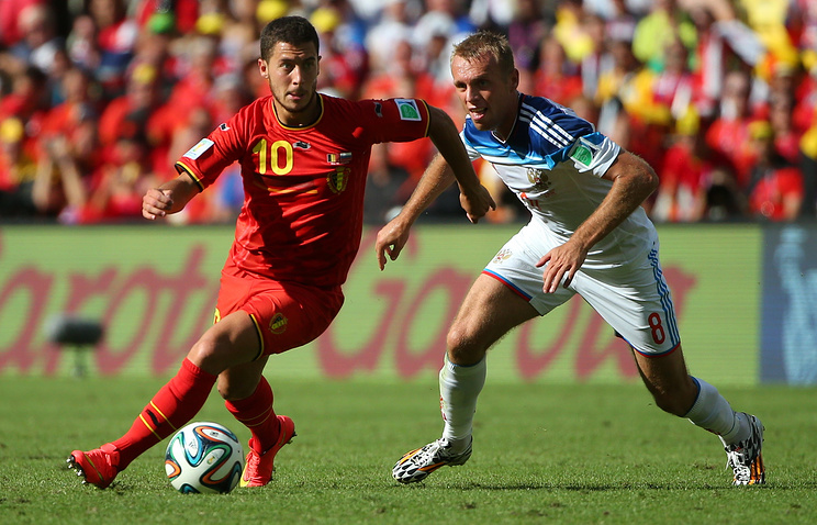 Эден Азар в матче чемпионата мира между сборными России и Бельгии и Денис Глушаков